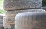 Salía de una casa con 4 neumáticos … ¡y justo aparece una patrulla!
