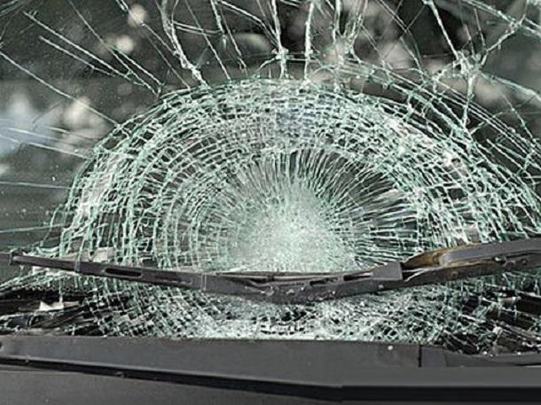 Apedreó camión en movimiento rompiendo el parabrisas