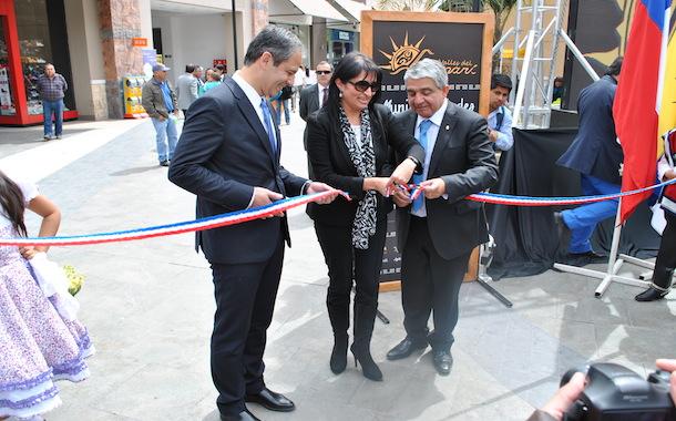 La intendenta Hanne Utreras, el alcalde Claudio Rentería y el Gerente comercial de Open Plaza, Mauricio Ortiz inauguran la Expo Turismo (Foto OvalleHOY.cl)