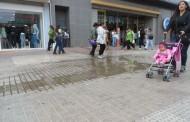 ¿Quién pone el cascabel al gato? tiendas siguen evacuando agua hacia el paseo peatonal