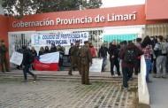Quince profesores en paro se encadenan a las puertas de la Gobernación