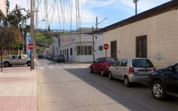Huyó de carabineros en auto prestado y volcó en la avenida Costanera.