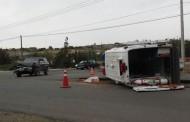 Colisión finaliza con ambulancia volcada en sector Los Peñones