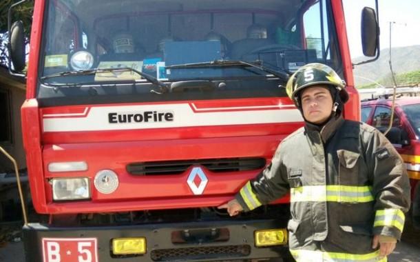 Armado de una honda encapuchado atacó a bomberos que concurrieron a incendio