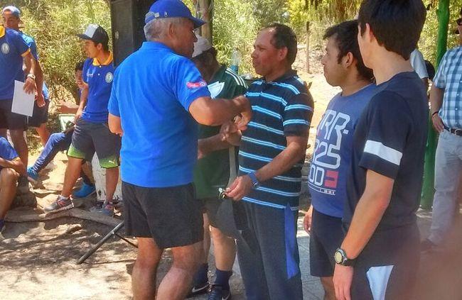 Profesor de Arbitros, Braulio Arena entregando certificados.