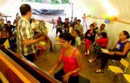 Músicos encantan a niños y ancianos de la Isla de Pascua