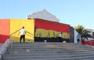 Academia de arte urbano interviene paneles que cierran frontis de la Biblioteca