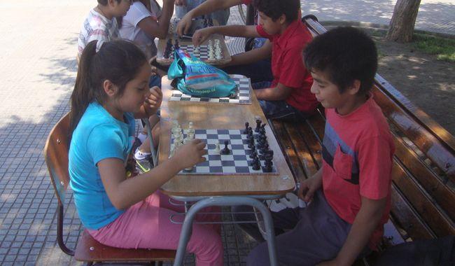 Los niños ajedrecistas que asombran a visitantes en la Plaza de Ovalle