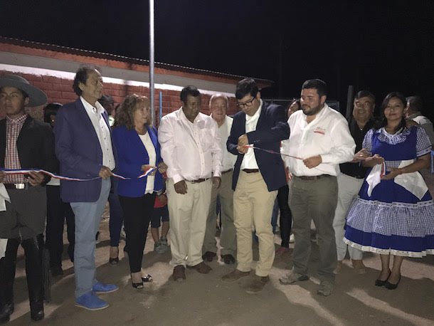 Gracias a faroles solares, vecinos de Flor del Valle Alto cuentan con mayor seguridad