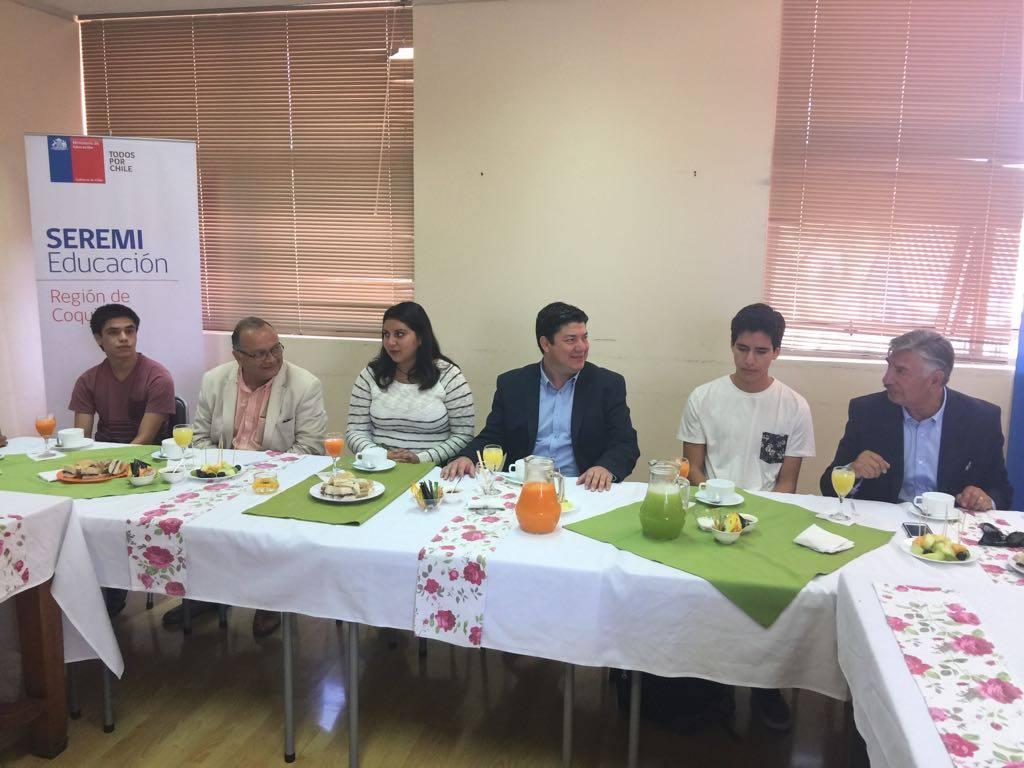 Beneficiarios de la gratuidad en educación superior se reúnen con autoridades regionales