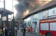 Gigantesco incendio destruye patio de la bodega principal de Empresas Dabed