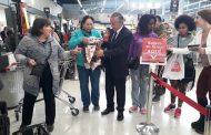 Clientes de supermercados insultan a cajeras que restringen entrega de bolsas plásticas