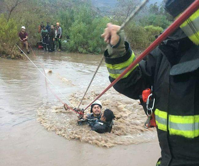 Bomberos rescata a doce personas desde la ribera del río Limarí durante la emergencia