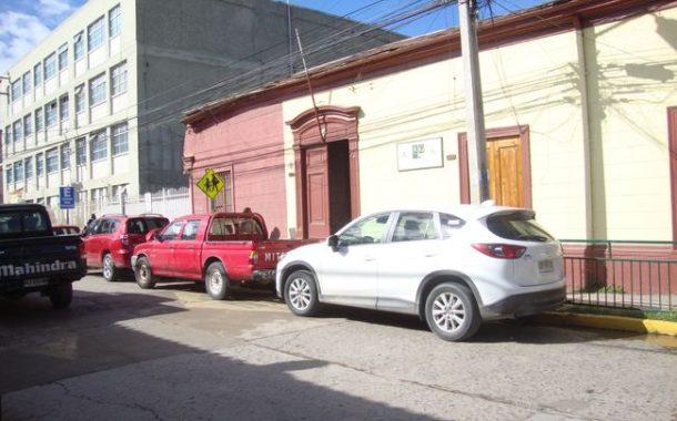 Vehículos mal estacionados no dejan pasar a transeúntes de una acera a otra