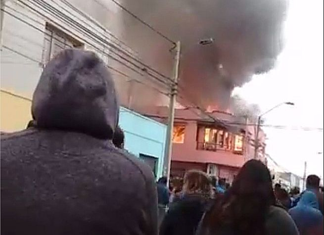 Violento incendio destruye edificio del barrio Maestranza