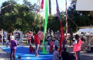 Niños ovallinos aprenden en la Plaza de Armas los misterios del circo