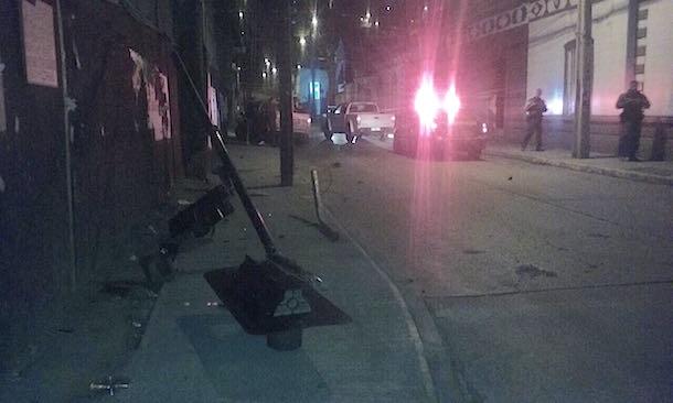 Conductor arrasa con semáforo y derriba poste en calle Miguel Aguirre