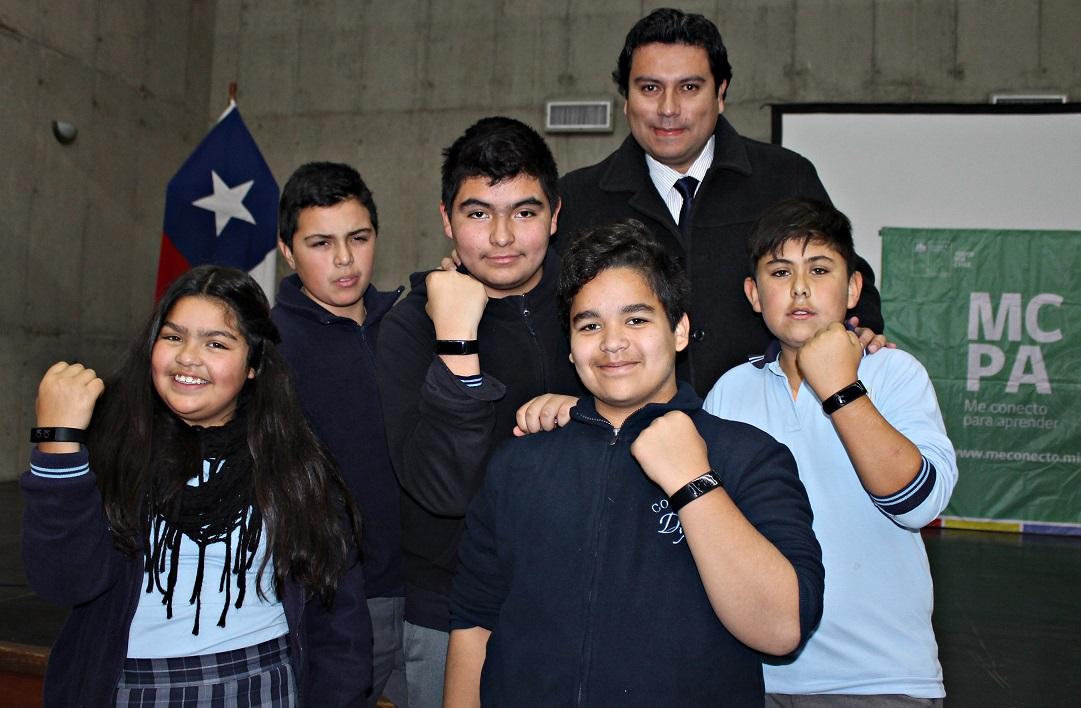 Escolares del Limarí reciben pulseras inteligentes para combatir la obesidad