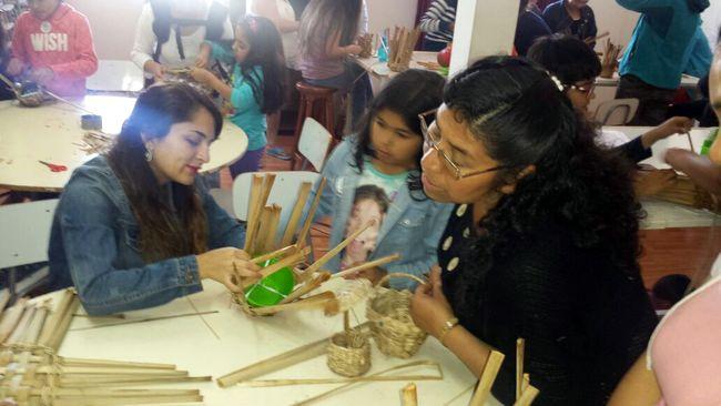 Niños ovallinos aprendieron a hacer trabajos en totora en taller práctico