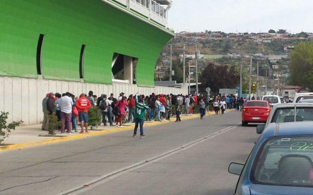 Cientos de personas llegan a buscar entradas para inauguración del Estadio Diaguita