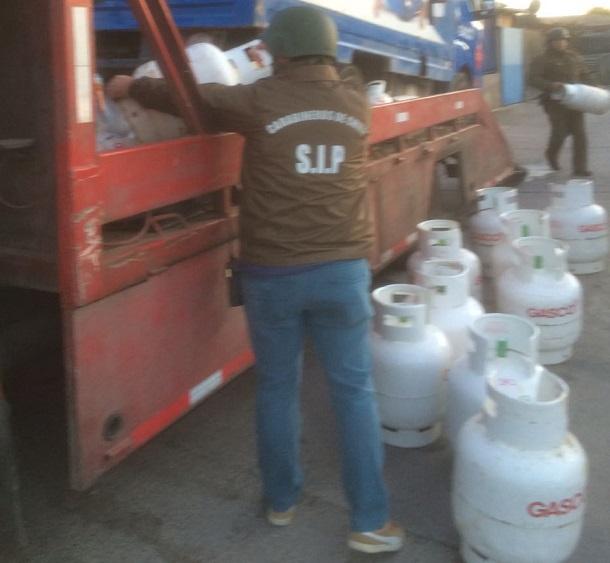 Pareja es sorprendida con 44 bidones de gas en su casa