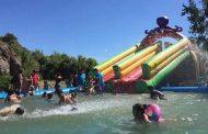 Instalan piscinas con tobogán en Los Peñones