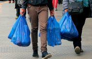 Desde julio sólo se podrán entregar hasta tres bolsas plásticas en el comercio