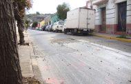 ¡PELIGRO! Vehículos dispersan por el pavimento las piedras de excavación