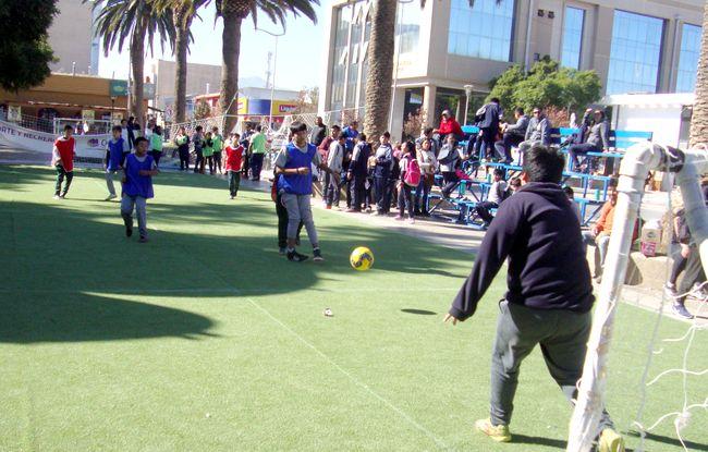 Niños futbolistas de colegios ovallinos mostraron sus habilidades en la plaza