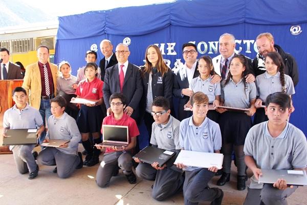 Estudiantes de Río Hurtado reciben computadores con conexión a internet