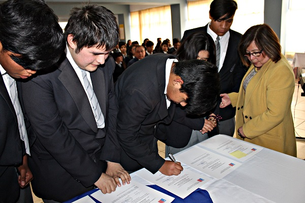Estudiantes de Ovalle firman compromiso de asistir a clases